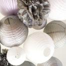 Une décoration de mariage d'hiver en gris et blanc avec des lanternes chinoises et boules en papier