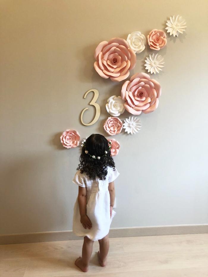 fleurs papier au mur
