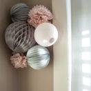 Chambre bébé rose et grise: des lampions et pompons au mur